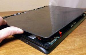 פירוק גב המסך מגע במחשב לנובו